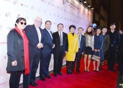 中美電影節共同主席Andre Morgan(左二)、中國電影海外推廣公司負責人谷國慶(左三)、中美電影節主席蘇彥韜(左四)、麒麟影業總裁龐洪(右五)等嘉賓在紅毯上
