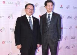 中美電影節榮譽贊助商華美銀行董事長吳建民與中美電影節主席蘇彥韜在紅毯上