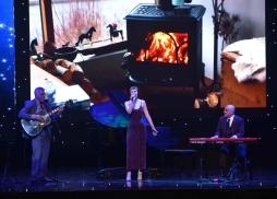 "歌手Julia Marie演唱二位格萊美獎得主Peter Rafelson和Omar Akram原創歌曲""Today Is All We Have"""