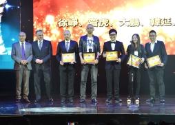 美國電影協會亞太區總裁Mike Ellis 和美國電影協會中國區總裁馮偉為中美人才交流傑出中國青年導演頒獎