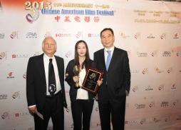 中國電影合作製片公司總經理苗曉天和南加州大學東亞研究中心主任Stanley Rosen 為《萬物生長》導演李玉頒獎
