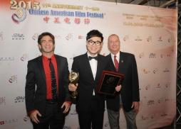 美國製片人協會國際委員會主席Stu Levy 和奧斯卡得主《雨人》編劇Barry Morrow 為《煎餅俠》導演大鵬頒獎