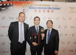 20 世紀福克斯電影集團執行副總裁Craig Dehmel 和艾美獎得主、中美電影節委員Nathan Wong 王宗賢為《觸不可及》出品方上海電影集團代表上海電影頻道總監徐傑頒獎。