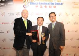 洛杉磯郡郡長麥克安東諾維奇和加州眾議員周本立為《狼圖騰》出品方中影股份有限公司副總周寶林頒獎