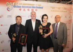 迪士尼電影公司資深副總裁David Kornblum 和美國電影協會中國區總裁馮偉為《狼圖騰》尹鑄勝、《我是女王》鄔君梅頒獎。