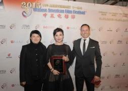 索尼中國首席製作總監Carrie Wong 和United Pictures Group CEO聯合電影集團總裁Michael Doven 為《媽媽像花兒一樣》女主角周冬齊頒獎