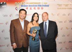 北京電影學院理事長侯光明教授,美國鳳凰電影公司總裁Mike Medavoy 為《速度與激情7》女主角Michelle Rodriguez 頒發年度最佳女主角獎。