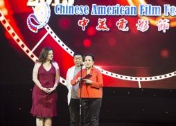 美國製片人協會中國部部長Elizabeth Dell、華獅電影發行公司總裁蔣燕鳴和中視美星總經理張林書為最佳微電影頒獎