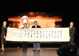 北方書畫院吳忠洋院長向中美電影節主席蘇彥韜贈送書畫