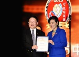 美國國會議員趙美心向中美電影節主席蘇彥韜頒發賀狀