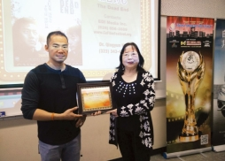 CSU Los Angeles Prof. Qing Yun Wu 教授接受中美電影節代表Tony頒發的感謝狀