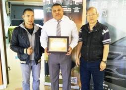 中美電影節代表Tony頒發感謝狀給中心負責人Ben Herrera(middle)
