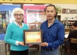 Library Manager Julie Sorensen接受中美電影節代表Tony頒發的感謝狀