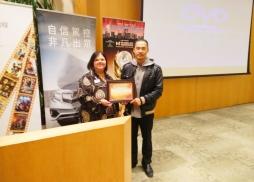 中美電影節代表Tony頒發感謝狀給圖書館負責人Jo-Anne Alvarez