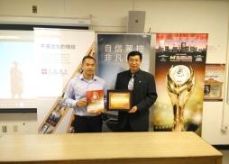 中美電影節代表Tony頒發感謝狀給支持電影節多年的劉教授