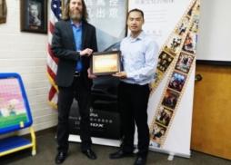 Library Manager Steve Smith接受中美電影節代表Tony頒發的感謝狀