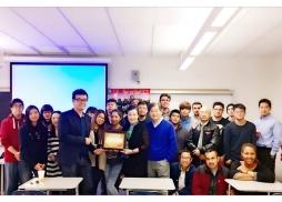 LACC Prof. Grace Yang & Richard Liao楊教授和廖教授帶領全班同學與中美電影節代表Wei一起合影