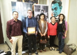 Prof. Robert Gustafson, Justine Su (Middle)中美電影節代表Tony將感謝狀頒發給幾位幫助協辦展映的教授