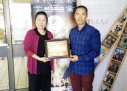 中美電影節代表Tony發佈感謝狀給Library Manager Desiree Lee