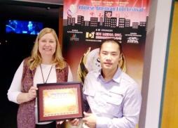 中美電影節代表Tony頒發感謝狀給圖書館負責人Darlene Bradley