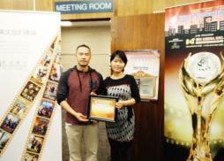 中美電影節代表Tony頒發感謝狀給圖書館負責人Jing Li
