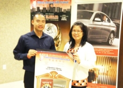 圖書館館員Connie和中美電影節代表Tony同舉海報