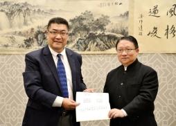 吳中洋先生特別為本屆中美電影節揮毫潑 墨,寫下巨幅賀詞