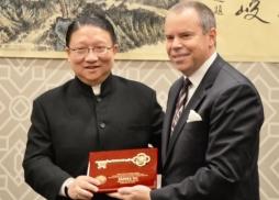 約巴琳達市市長格雷戈•楊向蘇彥韜主席 贈送金鑰匙