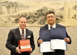 約巴琳達市市長格雷戈•楊代表尼克森圖書館收藏吳中洋的著作
