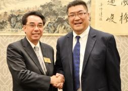 蒙特利公園市市議員林達堅向中國北方畫苑總經理吳中洋表示祝賀