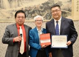 聖蓋博市圖書館館長朱迪.索琳勛收藏吳中洋的著作,左為鷹龍傳媒主持人乃楓