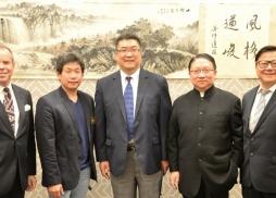 中美電影節主席蘇彥韜與約巴琳達市、聖蓋博市、蒙特利公園市、核桃市市長、市議員一起祝賀吳中洋畫展成功